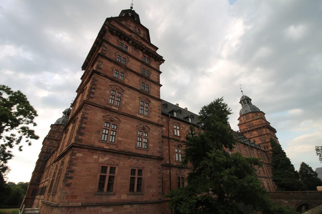 Wolken über Schloss Johannisburg