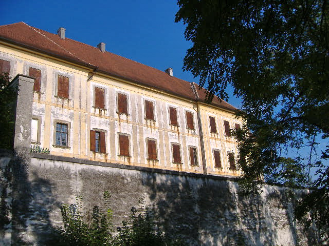 Der Westflügel von Schloss Bertoldsheim / Foto: Wikipedia / Manfi.B / CC-BY-SA 3.0 / Foto oben: © Deutsche Stiftung Denkmalschutz/Wagner