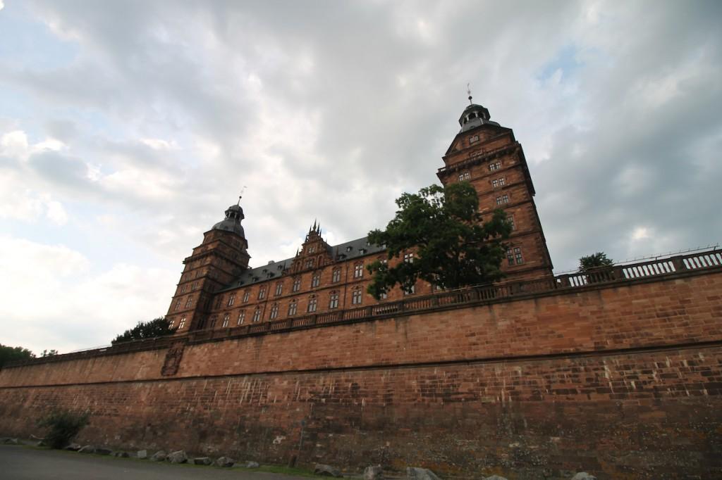 Blick vom Mainufer auf das Schloss