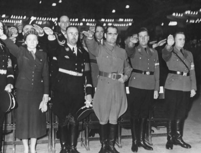 Nazis unter sich: Bei einer HJ-Kundgebung im Berliner Sportpalast steht Adjutant Ludolf von Alvensleben hinter seinem Meister Himmler / Bild: Bundesarchiv