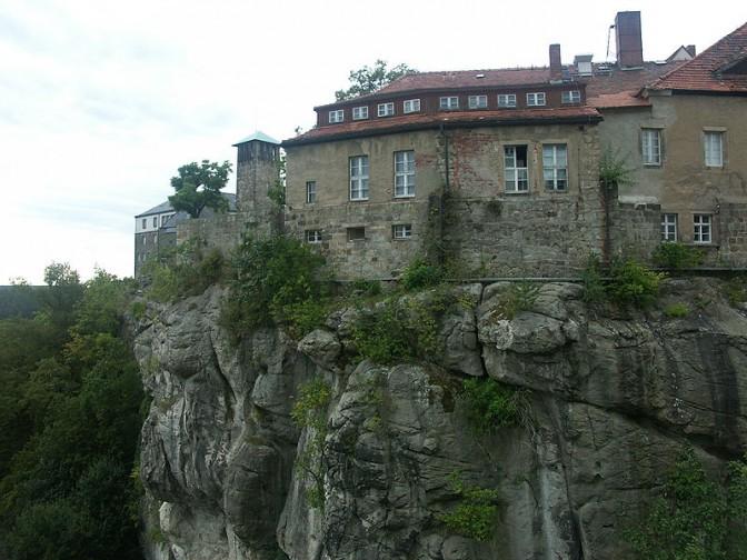 Burg Hohnstein thront auf eine Sandsteinfelsen. Foto: Wikipedia / Diether / CC-BY-SA 3.0 / Foto oben: Wikipedia / Hedwig Storch / CC-BY-SA 3.0