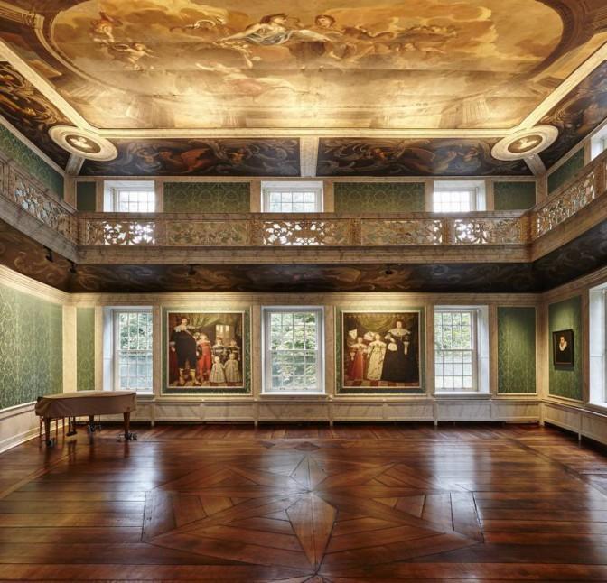 Der sanierte Festsaal auf Schloss Dornum © Roland Rossner/Deutsche Stiftung Denkmalschutz / Foto oben: Wikipedia / Wladyslaw Sojka / CC-BY-SA 3.0