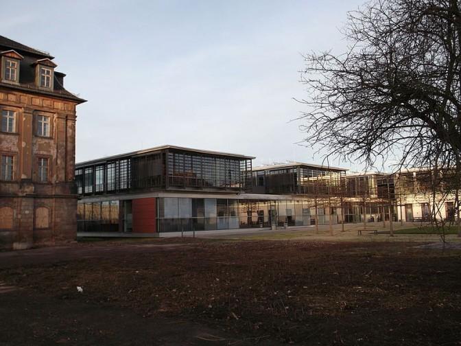Gewollter Stilbruch: Die  Gebäude der Berufsakademie wurden direkt neben dem Schloss errichtet. / Foto: Wikipedia / Stffen Löwe / CC-BY-SA 4.0