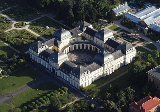 Das Poppelsdorfer Schloss: Eine Glaskuppel könnte den runden Innenhof überspannen / Foto: Wikipedia / Wolkenkratzer / CC-BY-SA 3.0 / Foto oben: Wikipedia / Traitor / CC-BY-SA 3.0