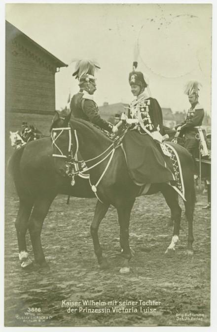 """Postkarte """"Kaiser Wilhelm mit seiner Tochter der Prinzessin Victoria Luise"""", Gustav Liersch Verlag Berlin, um 1909/10, Privatbesitz / © Stiftung Preußische Schlösser und Gärten Berlin-Brandenburg"""