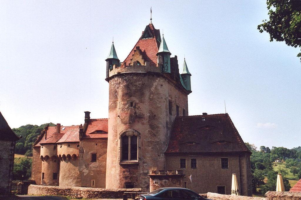 Mehrfach kommt der Bergfried von Schloss Kuckuckstein als Kulisse mit ins Bild. Foto: Wikipedia / Norbert Kaiser / CC-BY-SA 3.0