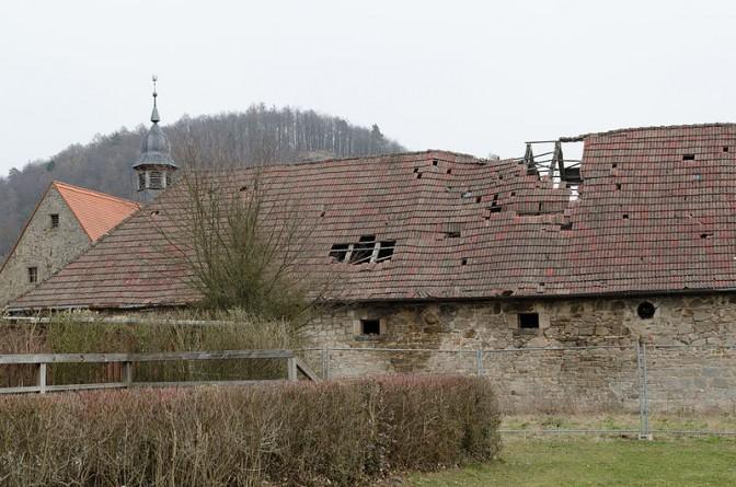 Das Dach der Stallungen. Der Einsturz im Juni 2015 war absehbar / Foto: Wikipedia / Tilman2007 / CC-BY-SA 3.0