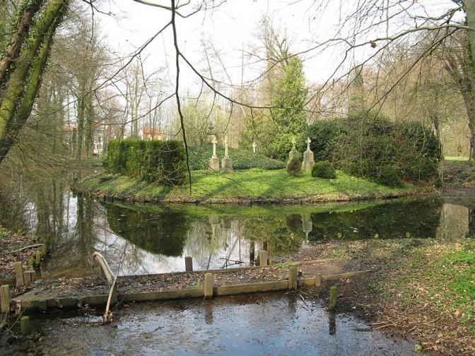 Die Begräbnisinsel im Park von Schloss Hüffe / Schloss Hüffe / Foto: Wikipedia / Ingo2802 / CC-BY-SA 3.0