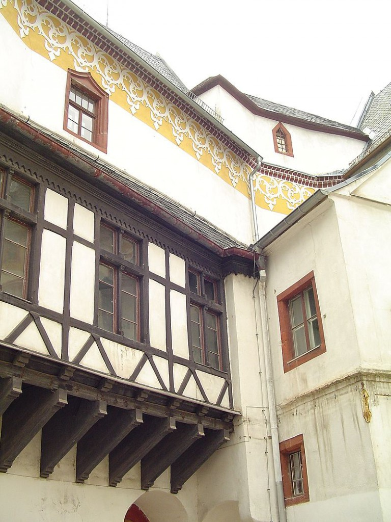 Details aus dem Innenhof / Foto: Wikipedia / Kolossos / CC-BY-SA 3.0 / Foto oben; Wikipedia / Monika Hofmann / CC-BY-SA 3.0