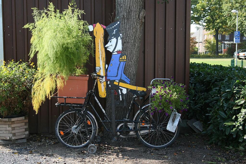 Spargel ist in Walbeck sehr wichtig: Hier eine Skulptur. / Foto: Wikipedia / Frank Vincentz  / CC-BY-SA 3.0 / Foto oben: