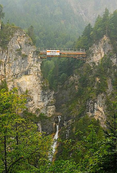 Die Marienbrücke über den Wasserfall der Pöllatschlucht / Foto: Burgerbe.de / Foto oben: Der berühmte Blick auf Schloss Neuschwanstein von der Marienbrücke / Foto: Wikipedia / Thomas Wolf, www.foto-tw.de / CC-BY-SA 3.0