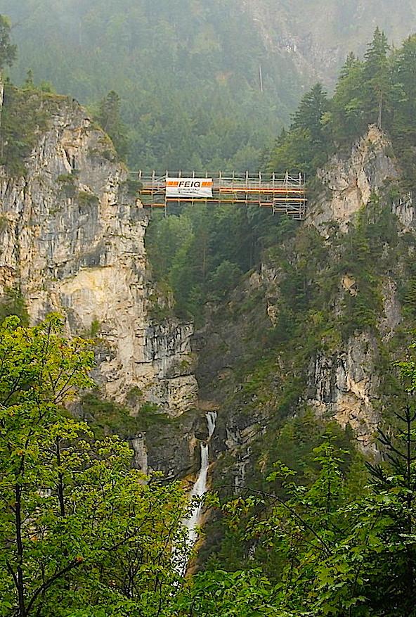 Die Marienbrücke über den Wasserfall der Pöllatschlucht / Foto: Burgerbe.de / Foto oben: Der berühmte Blick auf Schloss Neischwanstein von der Marienbrücke / Foto: Wikipedia / Thomas Wolf, www.foto-tw.de / CC-BY-SA 3.0