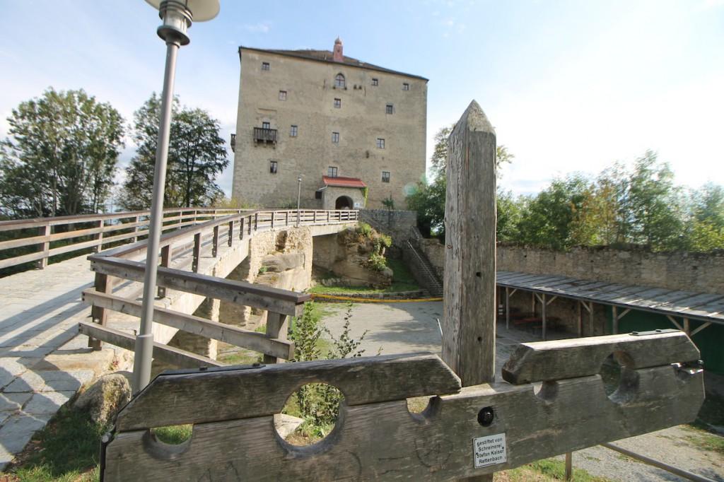 Für aufsässige Herbergsgäste steht vor der Burg ein Doppel-Pranger