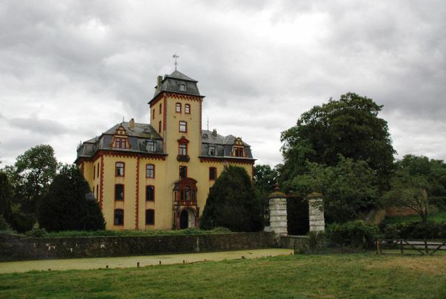 Schloss Wachendorf in Mechernich / Foto: Wikipedia / W.Mechelke / CC-BY-SA 3.0 / Foto oben: © Deutsche Stiftung Denkmalschutz/Linge