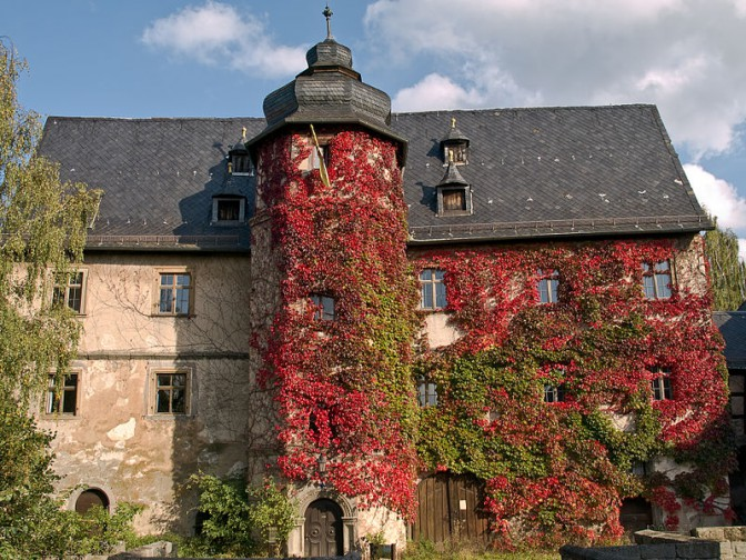 Renaissance-Schmuckstück: Schloss Ebelsbach vor dem Brand / Foto: Wikipedia / Ermell / CC-BY-SA 3.0 / Oben ein Bild nach dem Feuer / Foto: Wikipedia / Tilman2007 / CC-BY-SA 3.0