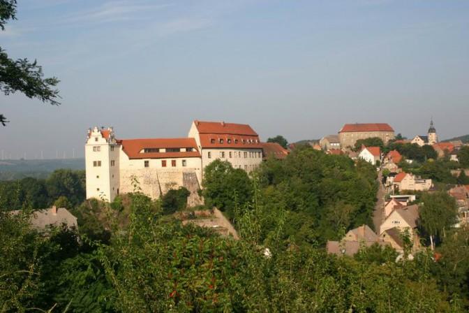 Die Burg Wettin besteht aus zwei Burgen: Der Unterburg (im Vordergrund) und der dahinterliegenden Oberburg / Foto: gemeinfrei