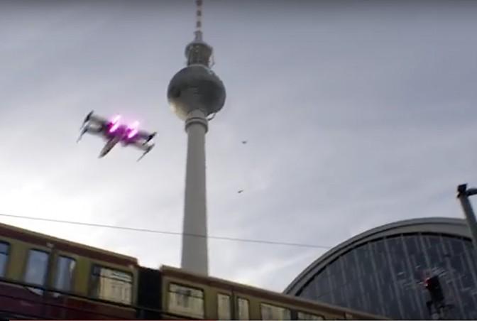 X-Wing-Jäger über dem Bahnhof Berlin-Alexanderplatz / Fotos: Screenshots Youtube