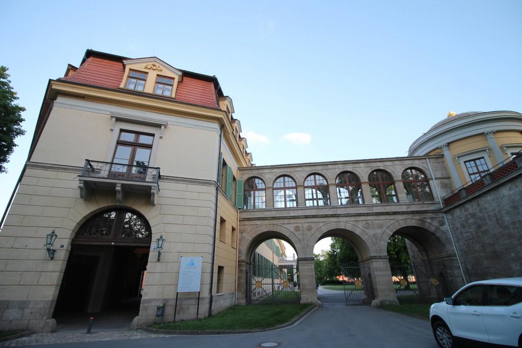 Westflügel und Rotunde (rechts)
