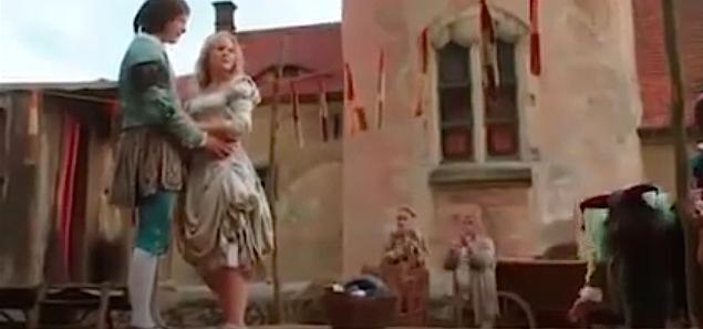 Tänzchen gefällig? Prinz und Schneeweisschen vor dem Bergfried von Schloss Kuckuckstein / Bild: Screenshot Youtube