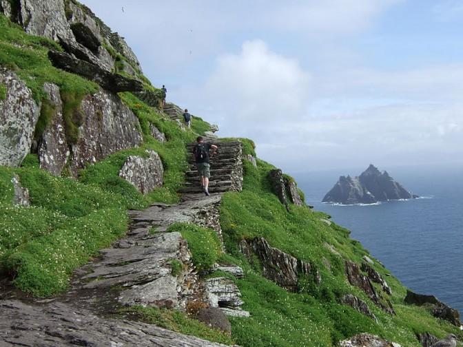 Treppe zum Kloster mit Blick auf Little Skellig. / Foto: gemeinfrei