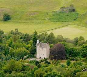 Abergeldie Castle in besseren Tagen / Foto: Wikipedia / Peter Gordon / CC-BY-SA 2.0 / Foto oben: Screenshot Youtube