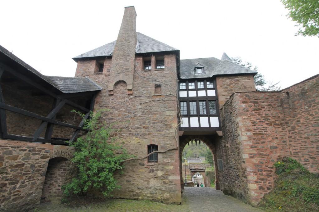 Die Ruine wurde mit burgähnlicher Architektur überbaut...