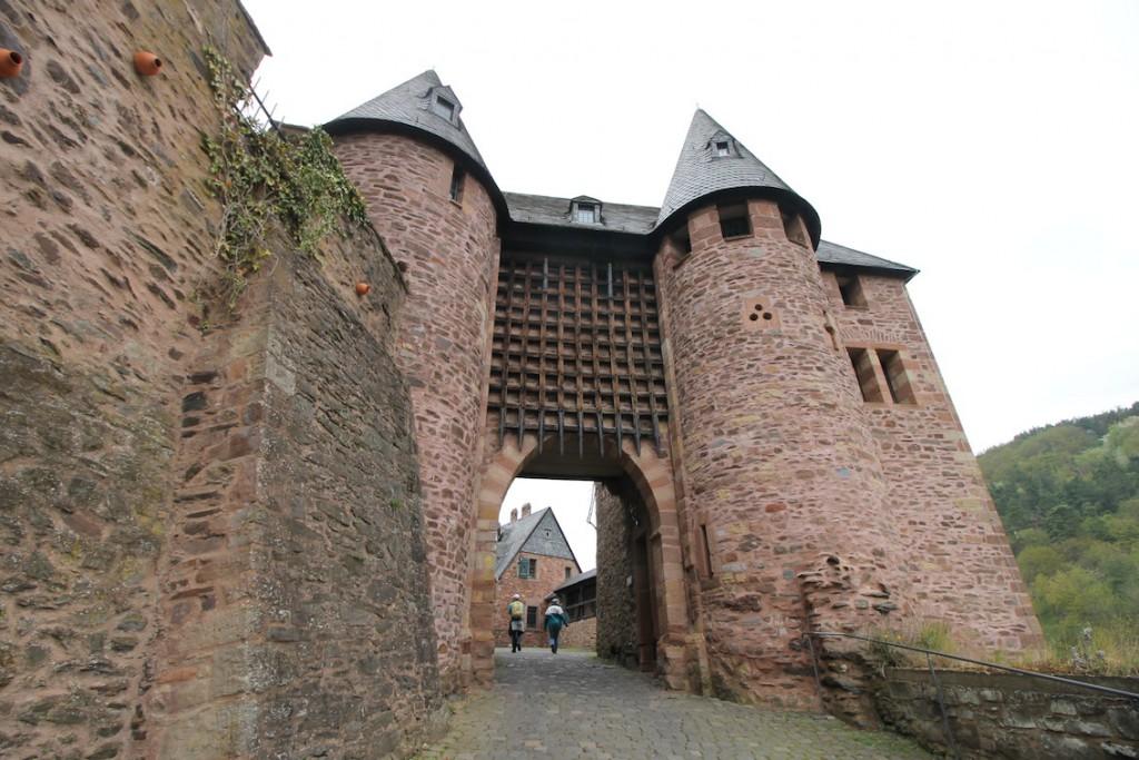 Durch das Tor mit Fallgatter geht es in den Hof der Burg Hengebach.