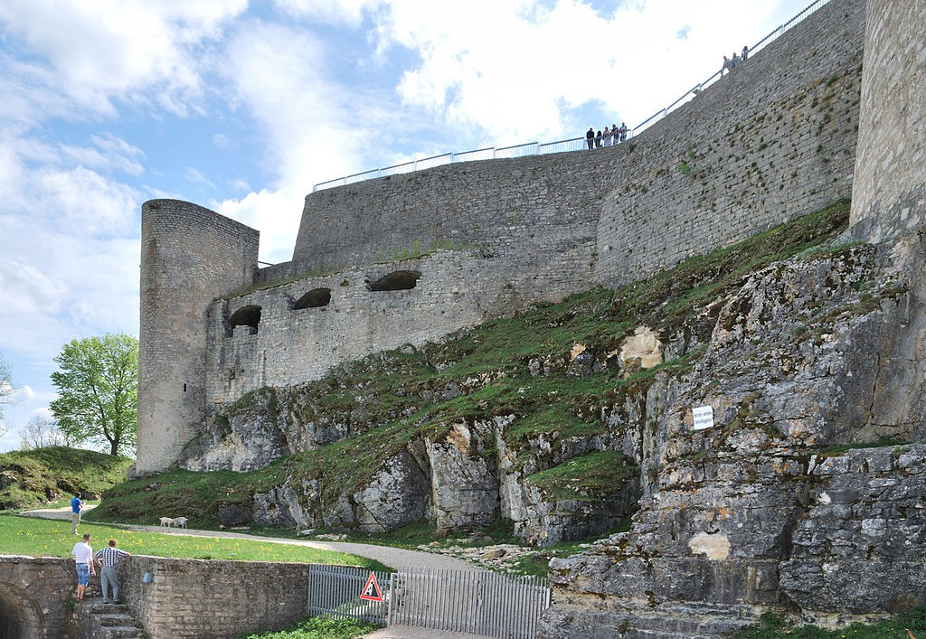 Die Ruine von Burg Hohenneuffen ist so faszinierend, dass Besucher schon mal die Schließung des Burgtors verpassen / Foto: Wikipedia / Harke / CC-BY-SA 3.0 / Foto oben: Schwäbische Alb Tourismusverband e.V. in Bad Urach, Germany / CC-BY-SA 2.0