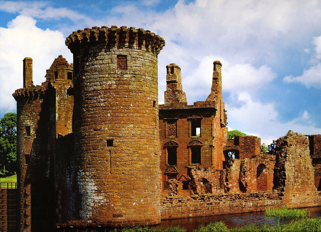 Die Mauern sind gut erhalten / Foto: Wikipedia / Riezi / CC-BY-SA 3.0 / Foto oben: Wikipedia / Gernot Keller / CC-BY-SA 4.0