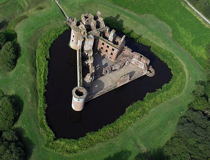 Ungewöhnluche Bauform; Caerlaverock Castle ist dreieckig / Foto: Wikipedia / Simon Ledingham / CC-BY-SA 2.0