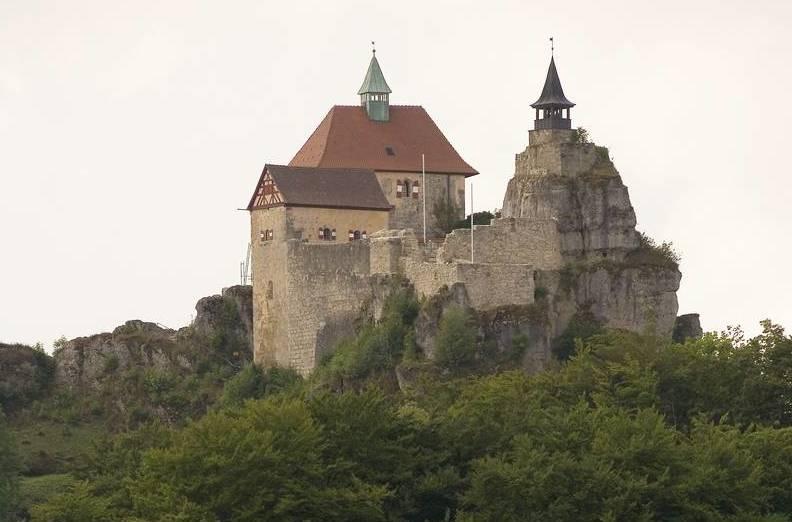 Aussenansicht, Sommer, Blick auf Burg Hohenstein, Burgruine, Felsenburg, erbaut zwischen 1190 und 1230 von den Grafen von Katzenelnbogen, gotisch, sp‰tgotische ‰uflere Schildmauer aus dem 13. Jahrhundert, Bergfried mit Glockenturm (rechts), Torbau (links), Palas (Hintergrund)