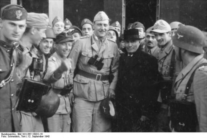 PR-Coup: Skorzeny mit Mssolini nach der Befreiung vom Gran Sasso / Bundesarchiv, Bild 101I-567-1503C-15 / Toni Schneiders / CC-BY-SA 3.0