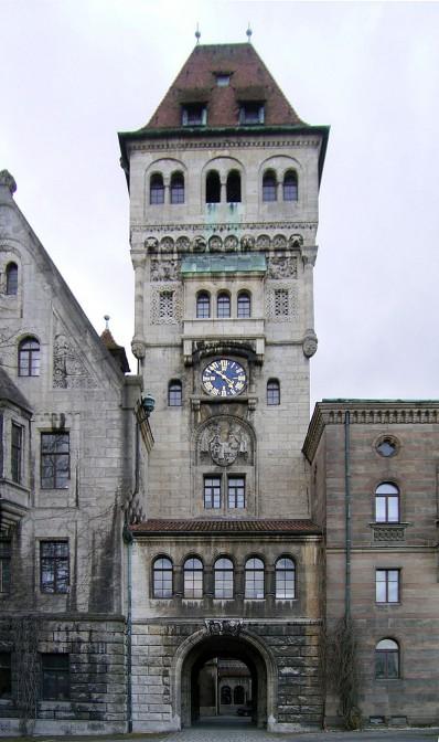 Ein Turm verbindet beide Teile des Schlosses / Foto: Wikipedia / Potzz  / CC-BY-SA 3.0