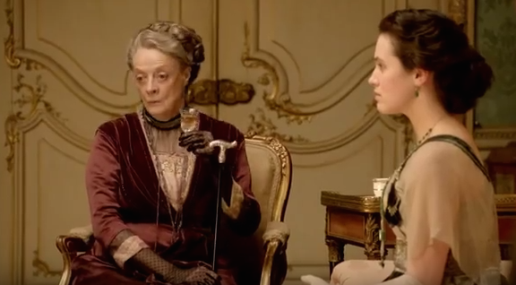 Dowager Countess of Grantham (Dame Maggie Smith) ist die Mutter der Familie / Bild: Screenshot Youtube / Foto oben: Wikipedia / JB + UK_Planet / CC-BY-SA 2.0