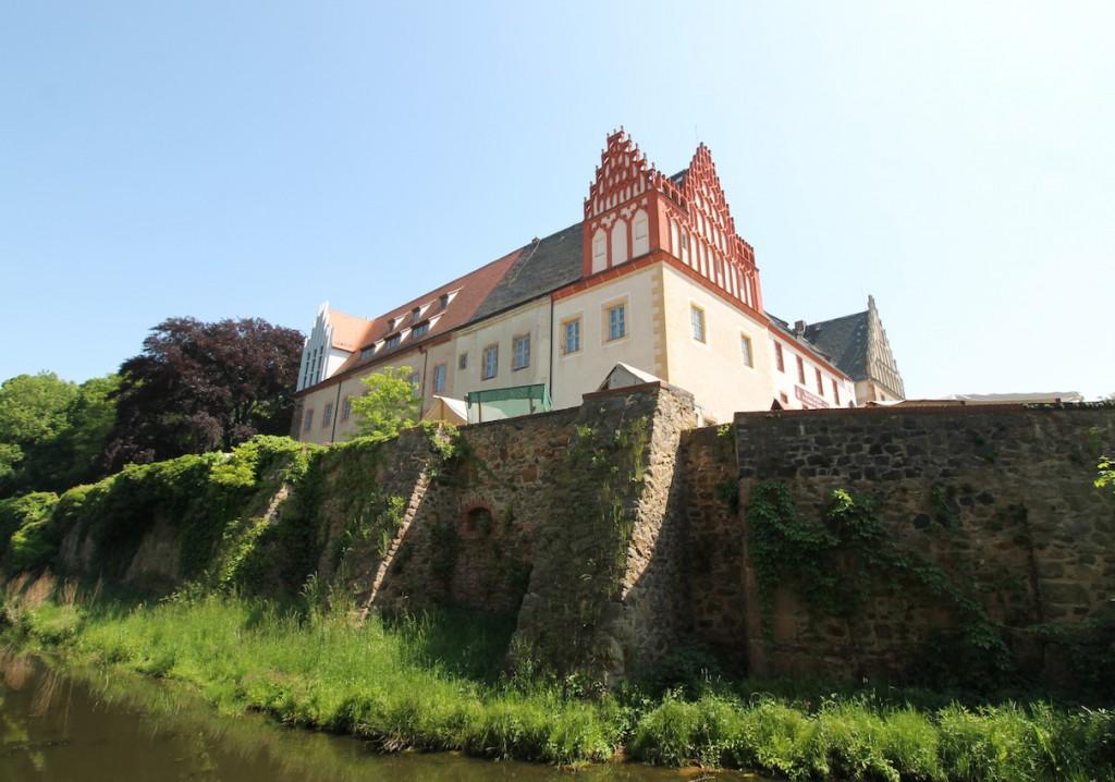Blick auf Wassergraben und Schloss