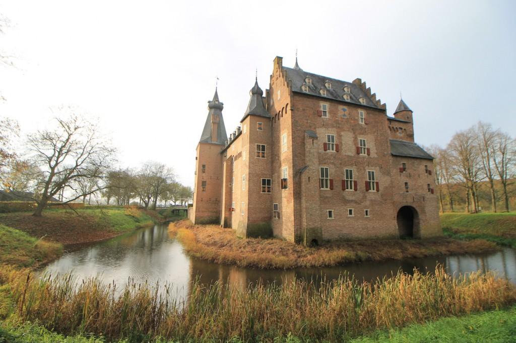 Ein Weg führt um den Schlosskomplex.