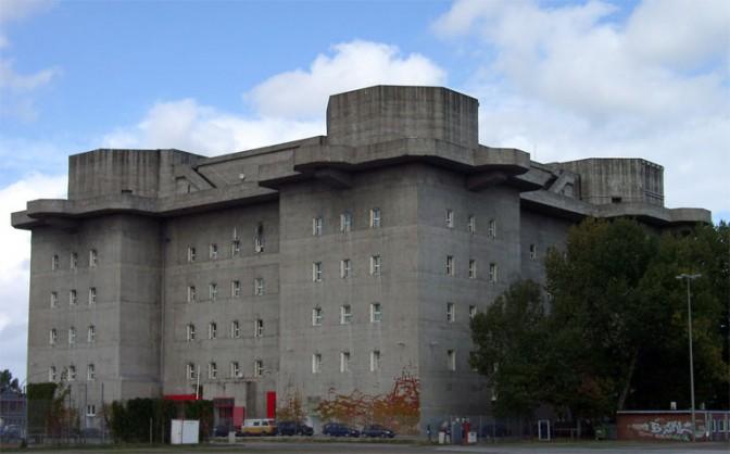 Der Flakturm am Heiliggeistfeld heute / Foto: Wikipedia / KMJ / CC-BY-SA 3.0 / Foto oben:  Entwurf für den begrünten Bunker / Planungsbüro Bunker Hamburg