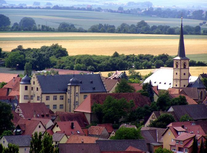 Das Schloss liegt mitten im Ort / Foto: Wikipedia / Settembrini / CC-BY-SA 3.0