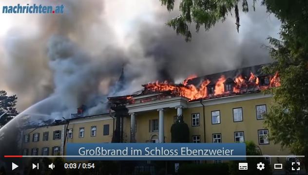 Großbrand auf Schloss Ebenzweier / Bild: Screenshot Youtube (von Nachrichten.at) / Foto oben: Wikipedia / Pendragon / CC-BY-SA 3.0 at