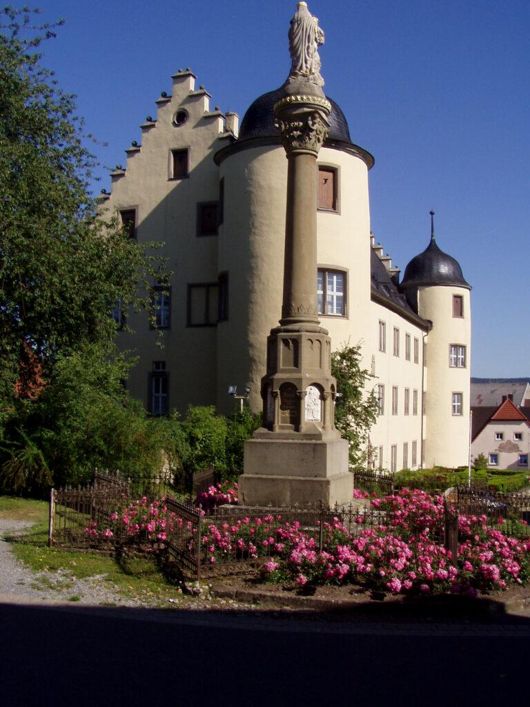 Die Kirche will das Echter-Schloss (Schloss Oberschwarzach) unbedingt loswerden. Foto: Wikipedia / Settembrini / CC-BY-SA 3.0