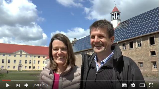 Das Ehepaar Endres vor Schloss Walbeck / Foto: Screenshot Youtube