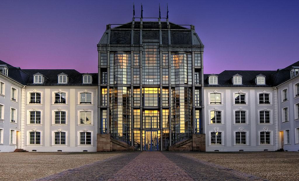 Gewöhnungsbedürftig: Der 1989 eröffnete, neu gestaltete Mittelbau / Foto: Wolfgang Staudt / CC-BY-SA 2.0