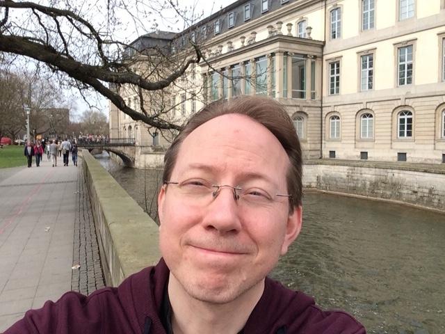 Heute kann man an der Rückseite des Leineschlosses entlangspazieren, ohne Angst vor den Bütteln der Welfen haben zu müssen... / Bild: Selfie