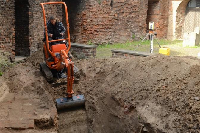 Eva Augustin bei der Arbeit mit dem Bagger / Fotos: Stadt Krefeld / Presseamt