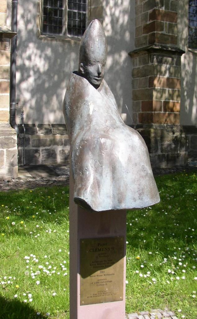 Eine Statue in Hornburg erinnert an Papst Clemens II. (2005, Bildhauerin Sabine Hoppe) / Foto: Doris Antony / CC-BY-SA 3.0