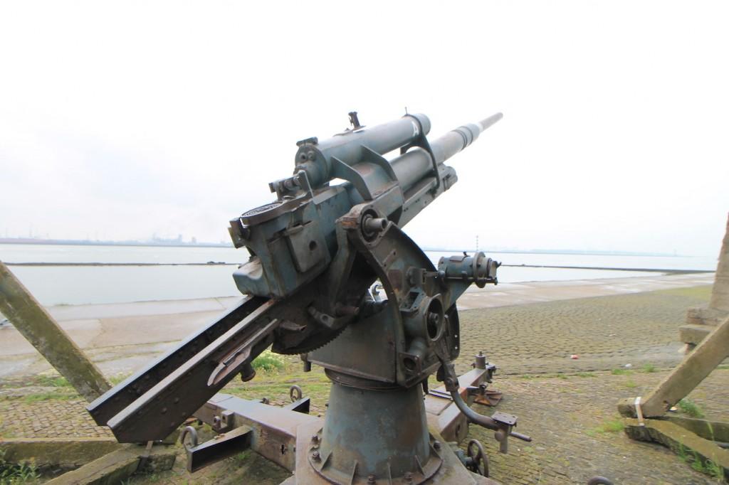 Eine deutsche Flak 36 (acht-acht) vor dem Atlantikwall-Museum / Fotos; Burgerbe.de