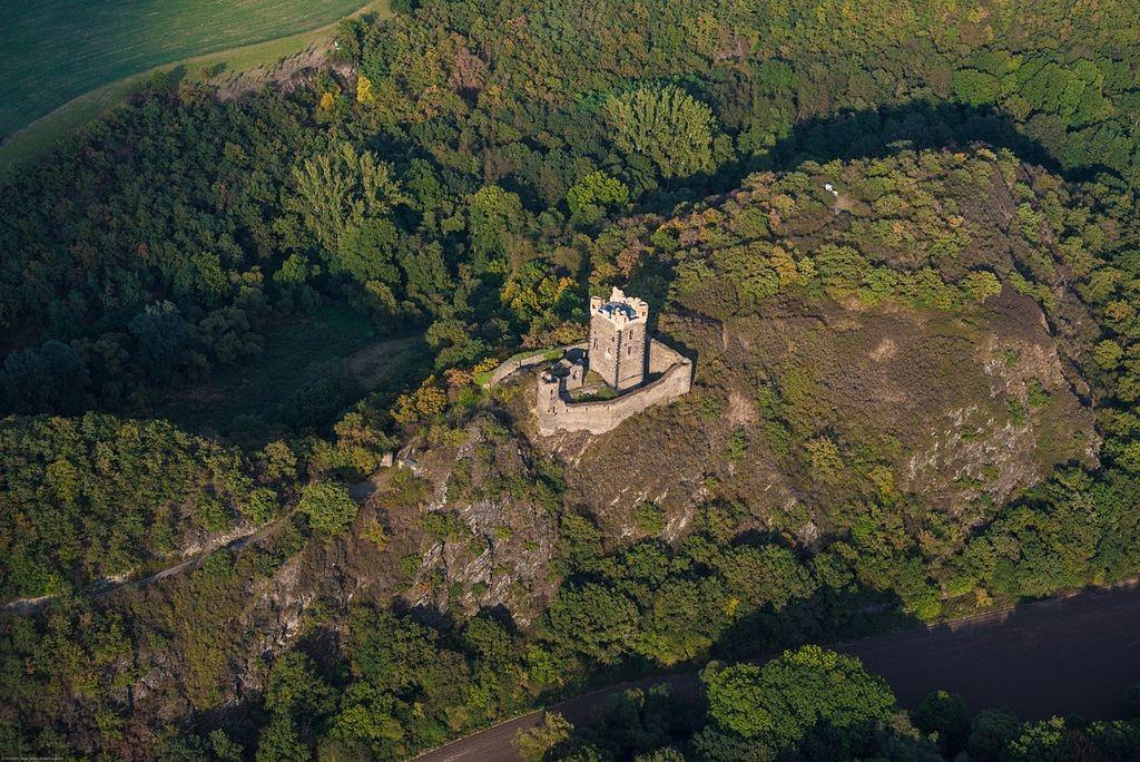 Die Luftaufnahme zeigt die Lage der Burg auf einem Höhenzug / Foto: Wikipedia / Peter Jansen / CC-BY-SA 3.0