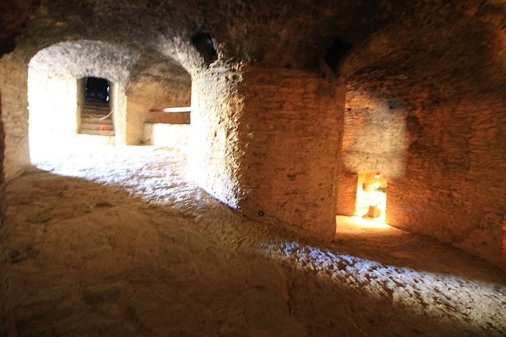 Das Innere lässt ahnen, wie massiv die Burg gebaut worden ist