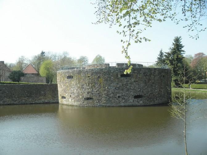 Die restaurierte Nordostbastion erinnert an die Zeit, als Schloss Fürstenaus eine schwer einnehmbare Festung war / Foto: Wikipedia / Thomas Pusch / CC-BY-SA 3.0