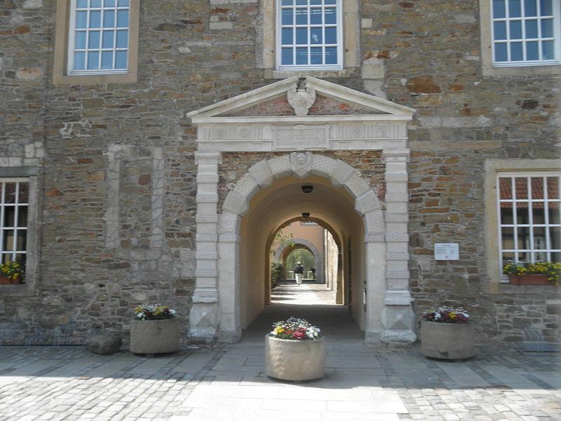 Der Eingang zu Schloss Fürstenau / Foto: Wikipedia / Thomas Pusch / CC-BY-SA 3.0 / Foto oben: gemeinfrei